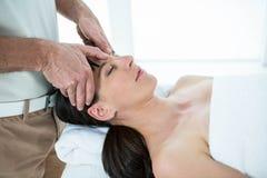 Gravid kvinna som mottar en massage från massör royaltyfria foton