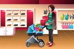 Gravid kvinna som mycket skjuter en sittvagn av gåvor Fotografering för Bildbyråer