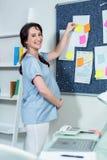 Gravid kvinna som ombord klibbar anmärkningen arkivbild