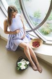 Gravid kvinna som placerar i rummet arkivfoton