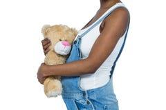 Gravid kvinna som rymmer en nallebjörn Royaltyfria Foton