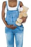 Gravid kvinna som rymmer en nallebjörn Arkivbilder