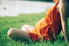 Gravid kvinna som rymmer i handbukett av tusenskönan royaltyfria bilder