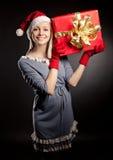 Gravid kvinna som slitage den Santa hatten Arkivbild