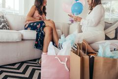 Gravid kvinna som talar med vännen på baby shower Arkivbilder