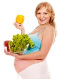 Gravid kvinna som äter grönsaken. Royaltyfri Foto