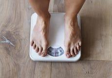 Gravid kvinna som väger sig closeup royaltyfri bild