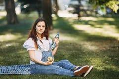 Gravid kvinna som väljer sund mat och vatten Royaltyfri Bild