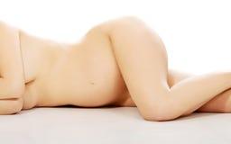 Gravid kvinna som vilar på golvet Royaltyfri Bild