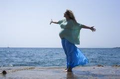 Gravid kvinna vid havet Arkivfoton
