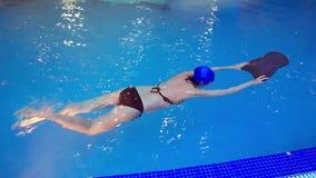 Gravid kvinnabad i simbassäng arkivfilmer