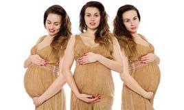 Gravid kvinnacollage i klänning rymmer händer på buken som isoleras på vit bakgrund Havandeskap- och moderskapbegrepp Mors dag fotografering för bildbyråer
