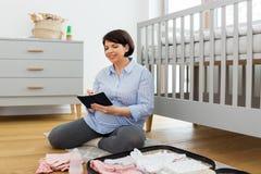 Gravid kvinnaemballagep?se f?r barnb?rdshus fotografering för bildbyråer