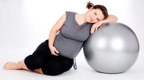 Gravid kvinnaexcercises med den gymnastiska bollen Royaltyfri Fotografi