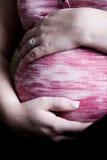Gravid kvinnaHoldingbuk Arkivbild