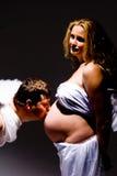gravid kyssande man för buk Royaltyfri Bild