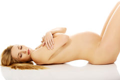 Gravid le kvinna som ligger på golvet Royaltyfri Fotografi