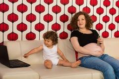 Gravid mamma- och litet barnson Royaltyfri Bild