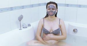 Gravid med en svart maskering stock video