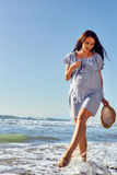 Gravid modell som går på havsbakgrunden Royaltyfria Bilder