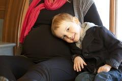 Gravid moder och barn Arkivbilder