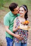 Gravid parflicka som rymmer hennes mage arkivfoto