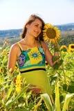 gravid plattform solroskvinna för fält Arkivbild