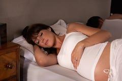 gravid sömn till den försökande kvinnan arkivbild
