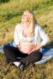 gravid sittande kvinna för gräs Royaltyfri Bild