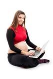 Gravid Smilling kvinna med bärbara datorn Fotografering för Bildbyråer