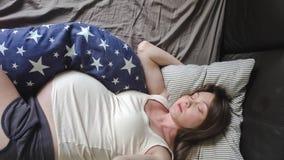 gravid sova kvinna stock video