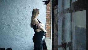 Gravid står vid fönstret lager videofilmer