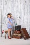 Gravid turist med resväskor Arkivbild