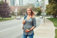 Gravid ung blond Caucasian kvinna för Caucasian som äter äpplet arkivfoton