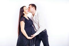 Gravid ung kvinna som v?ntar p? hennes barn med en make arkivfoton