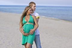 gravid utgiftertid för par tillsammans royaltyfri fotografi