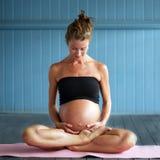 Gravid yoga Royaltyfri Foto