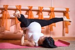 gravid yoga Fotografering för Bildbyråer
