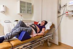 Gravida kvinnan i det akuta sjukhuset avvärjer, innan han ger födelse royaltyfria bilder