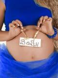Gravida kvinnan med ett vitt baner behandla som ett barn Arkivfoto