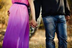 Gravida kvinnan och mannen kopplar av utomhus Royaltyfria Foton