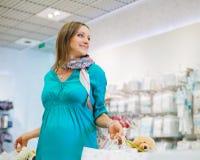 Gravida kvinnan shoppar in lagret Royaltyfria Bilder