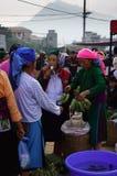Gravida kvinnan som äter bananen på marknaden Arkivfoton