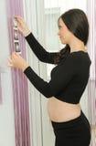 Gravida kvinnan tycker om att se ultraljudsundersökning av behandla som ett barn Arkivfoton