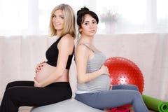 Gravida kvinnor med stora gymnastiska bollar Fotografering för Bildbyråer