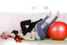 Gravida kvinnor med stora gymnastiska bollar Royaltyfria Foton