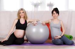 Gravida kvinnor med stora gymnastiska bollar Royaltyfri Bild