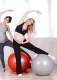 Gravida kvinnor med stora gymnastiska bollar Arkivfoto