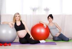 Gravida kvinnor med stora gymnastiska bollar Arkivbilder