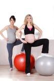 Gravida kvinnor med stora gymnastiska bollar Arkivbild